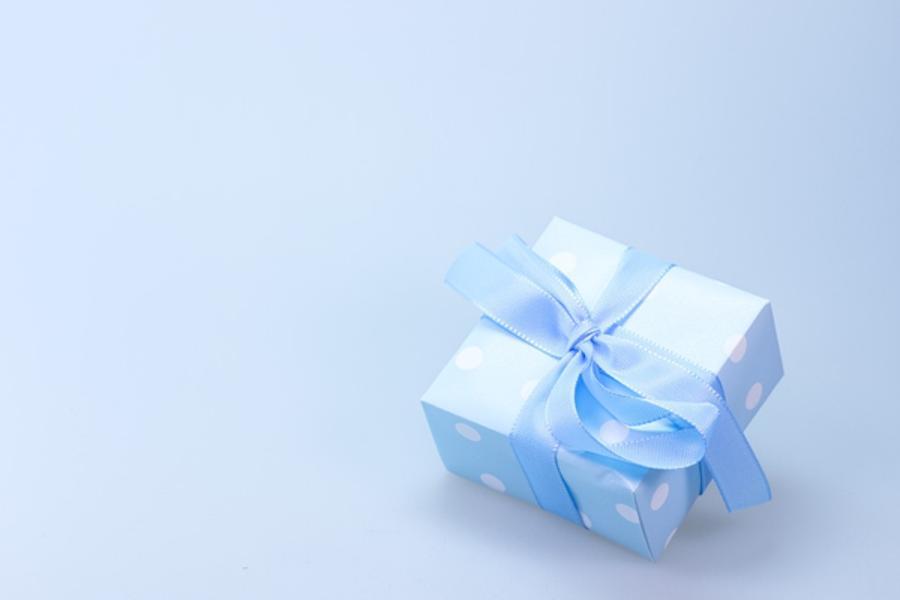 Воздействие заговором через подарок